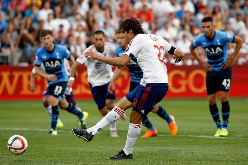 Kaka hizo un gol de penalti para el MLS All Stars sobre Tottenham.