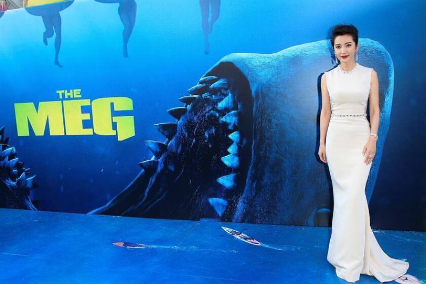 La actriz china y mimbro del reparto Li Bingbing posa a su llegada al preestreno de la película Megalodón, en el Teatro Chino de Grauman en Hollywood, California, Estados Unidos. EFE/Archivo