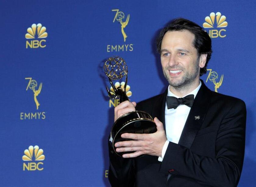 Matthew Rhys posa con el Emmy por Mejor Actor Principal en una Serie de Drama por The Americans durante la ceremonia anual de los Primetime Emmy Awards, el lunes 17 de septiembre de 2018, en el Microsoft Theater de la ciudad de Los Ángeles (EE.UU.). EFE/Archivo