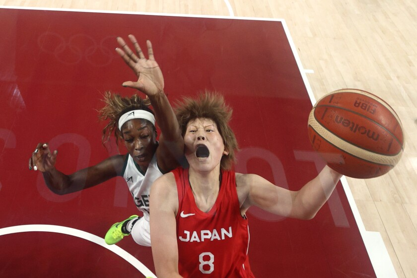 La japonesa Maik Takada deja atrás a la nigeriana Victoria Macaulay.