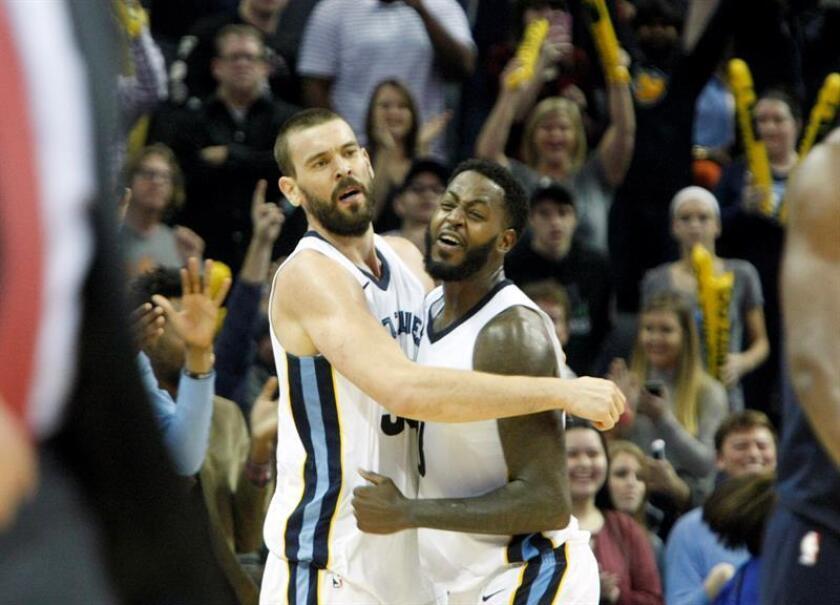El jugador español Marc Gasol de los Memphis Grizzlies (i) celebra con su compañero Jamychal Green (d) durante un partido de la NBA. EFE/Archivo