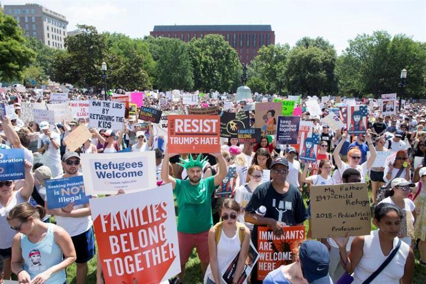 Thousands of people attend a 'Families Belong Together' rally at Lafayette Park across the street from the White House in Washington, DC, USA, 30 June 2018. Rallies in cities throughout the country have been organized to protest the Trump administration's 'zero-tolerance' immigration policies and the detention of children and families. (Protestas, Estados Unidos) EFE/EPA