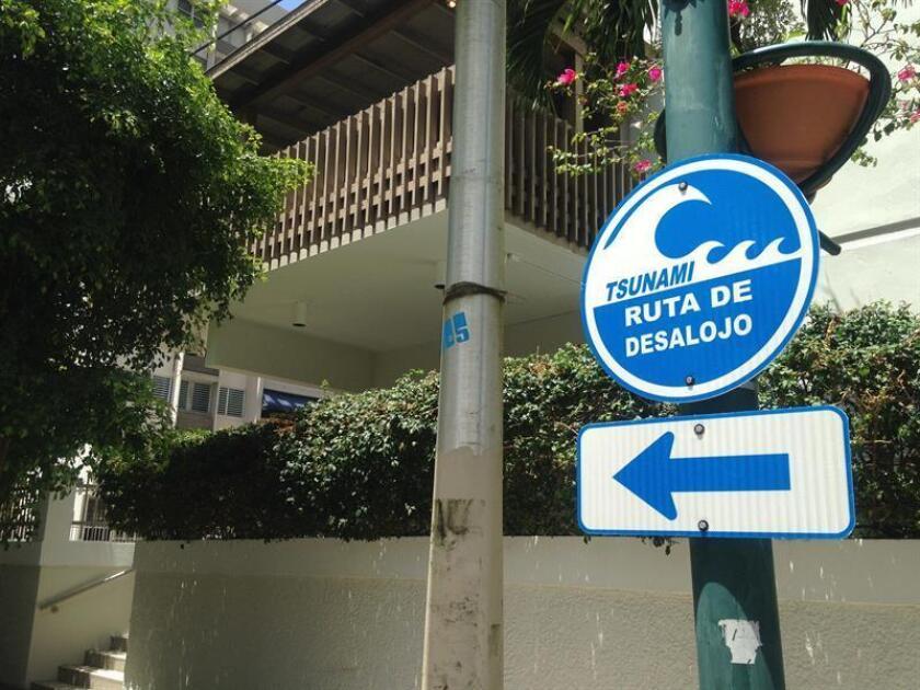 Vista de un letrero que muestra la ruta de evacuación en San Juan, Puerto Rico. EFE/Archivo