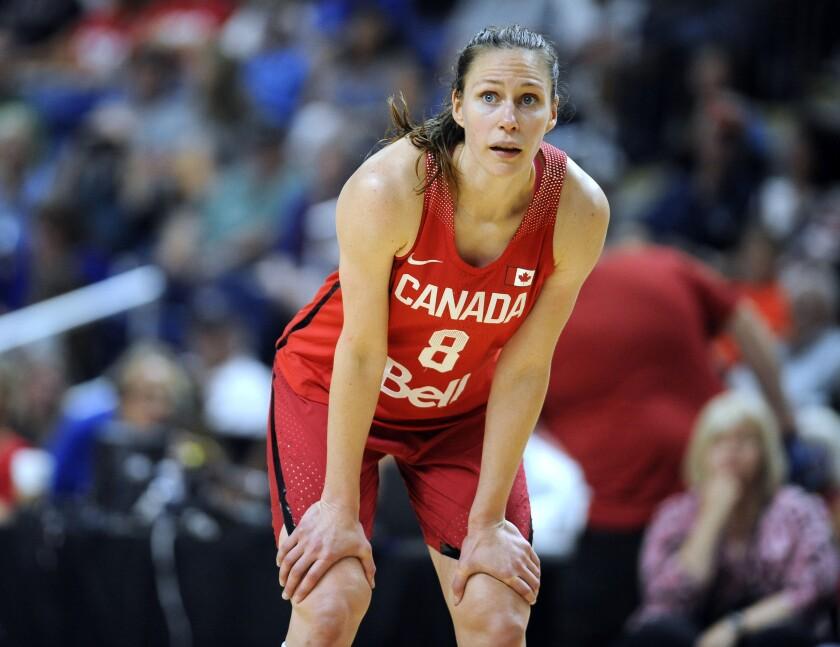 ARCHIVO - En esta fotografía del 29 de julio de 2016, la canadiense Kim Gaucher durante una pausa en la segunda mitad de un juego de basquetbol en Bridgeport, Connecticut. (AP Foto/Jessica Hill, Archivo)