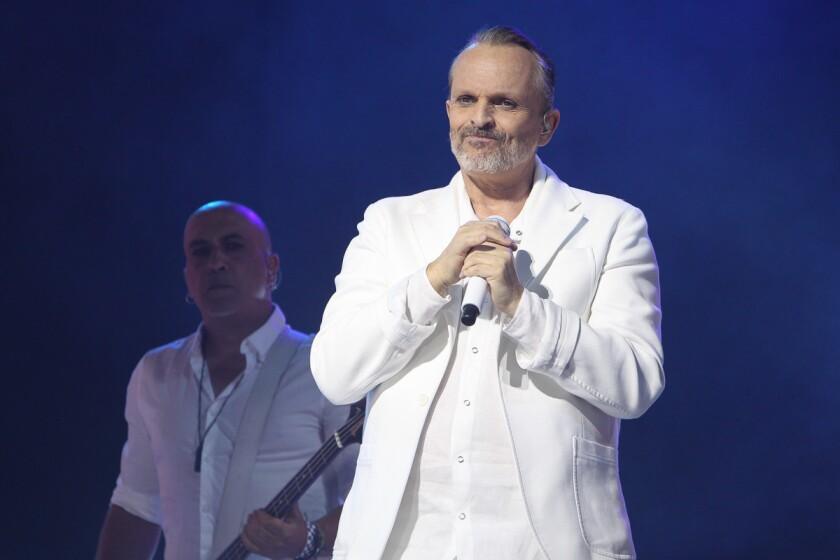 Miguel Bosé durante su exitosa presentación en el Microsoft Theater, que lo encontró en medio de pantallas de video e imágenes sugestivas.
