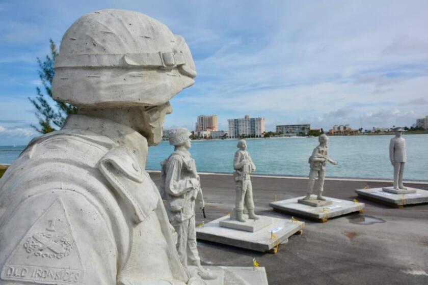 Fotografía sin fechar cedida por el Memorial Círculo de los Héroes que muestra algunas de las 12 estatuas hechas de hormigón y de tamaño natural que representan a los combatientes de distintas guerras y de distintos cuerpos y armas de las Fuerzas Armadas estadounidenses, las cuales fueron sumergidas en julio pasado en el Golfo de México (EE.UU.). EFE/ Memorial Círculo De Los Héroes SÓLO USO EDITORIAL NO VENTAS