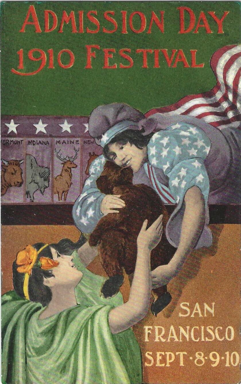 अपने बालों में खसखस के साथ एक महिला अमेरिकी ध्वज की पोशाक पहने एक महिला को भालू का बच्चा सौंपती है।