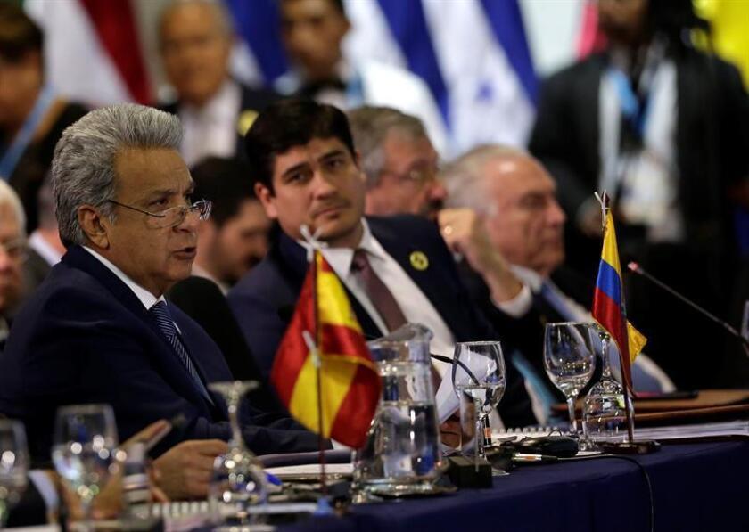 El presidente de Ecuador, Lenin Moreno (i), pronuncia un discurso en la sesión plenaria de jefes de estado en la XXVI Cumbre Iberoamericana, hoy, en Antigua, Guatemala. EFE