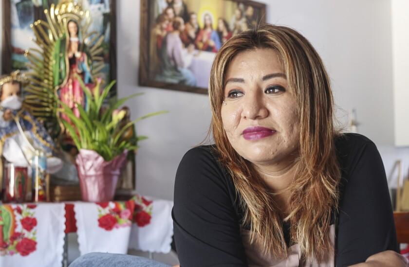 Rosa María Pérez, que espera su visa U, posa para fotos en su casa el 18 de junio de 2021, en Vista.