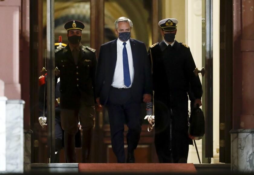 El presidente de Argentina, Alberto Fernández, en el centro, sale de la casa de gobierno en Buenos Aires, Argentina, el miércoles 15 de septiembre de 2021. (AP Foto/Marcos Brindicci)
