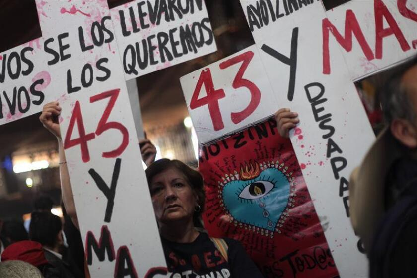 """Los padres de los 43 estudiantes de Ayotzinapa realizaron hoy, cuando se cumplen 28 meses de la desaparición de sus hijos, protestas en la capital mexicana en las que reafirmaron que continuarán con su """"búsqueda incansable por la verdad y la justicia"""" y acordaron una reunión con la fiscalía. EFE/ARCHIVO"""