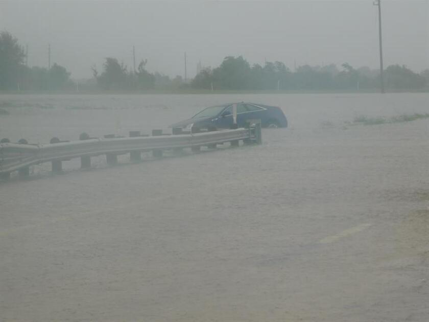 Fotografía de un auto atascado en el agua en una de las arterias principales de Houston, Texas (EE.UU.). EFE/Archivo