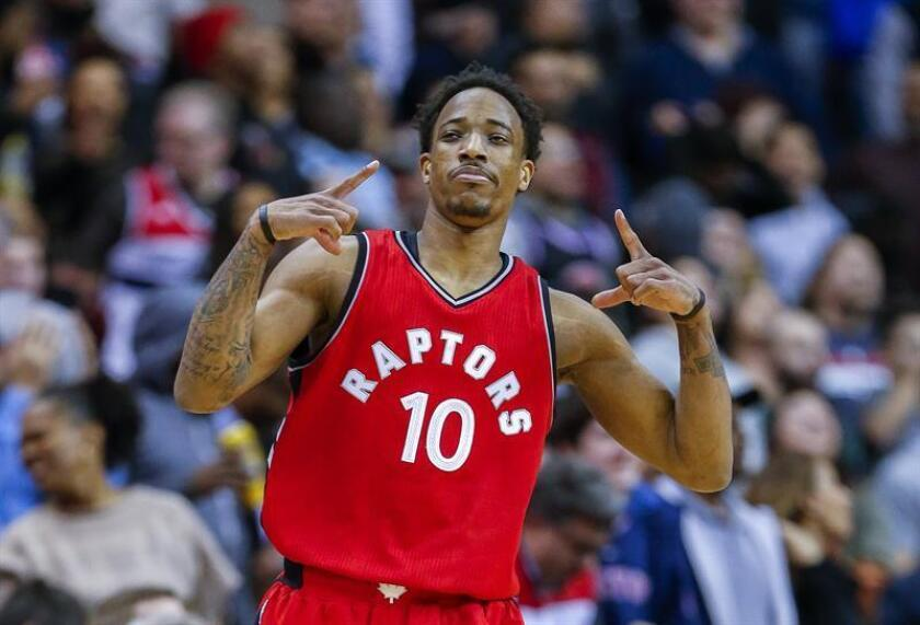 Toronto Raptors guard DeMar DeRozan reacts after scoring a three-point shot against during the second half of the NBA basketball game. EFE/Archivo