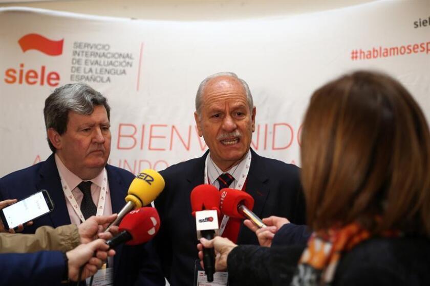 El director del Centro de Enseñanza para Extranjeros de la UNAM, Roberto Castañón (c), en declaraciones a los medios junto al director del Instituto Cervantes, Juan Manuel Bonet (i), durante su participación. EFE
