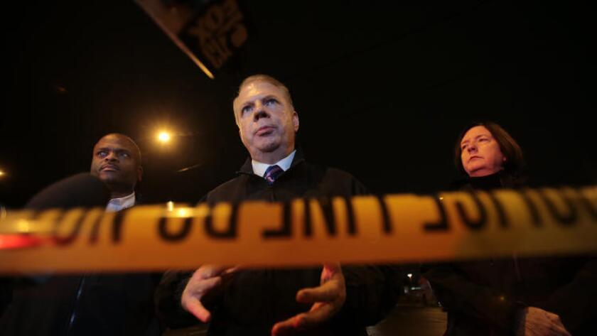"""El alacalde de Seattle, Ed Murray, habla con reporteros el 26 de enero en la escena de una balacera fatal, en un campamento de indigentes conocido como """"La Jungla""""."""