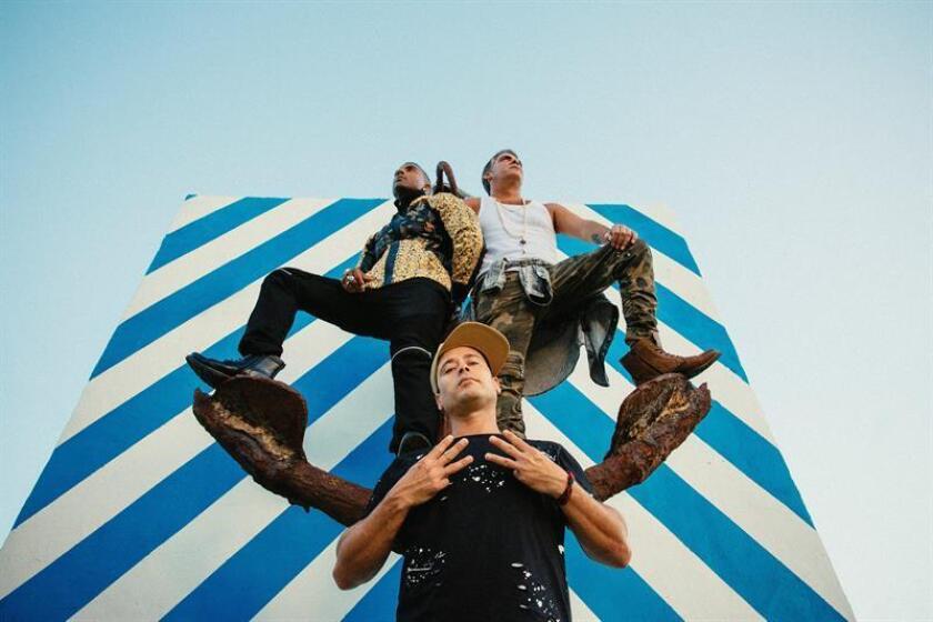 """Fotografía cedida por Rogers and Cowan donde aparecen los integrantes del trío cubano Orishas, Yotuel Romero (i-arriba), Roldán González (d-arriba) y Ruzzo Medina (abajo), recordados por clásicos como """"Represent, Cuba"""", se medirán en menos de un mes en los Grammy a Aterciopelados, Coastcity, Monsieur Periné y Zoé por el premio al mejor disco latino de rock, urbano o alternativo en el año en el que la agrupación cumple su vigésimo aniversario. EFE/Miguel Martínez/Rogers and Cowan/SOLO USO EDITORIAL/NO VENTAS"""