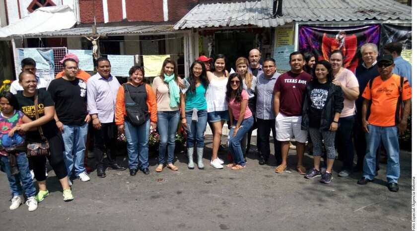 """Eunice Rendón, directora del IME, el actor Daniel Giménez Cacho y vecinos del barrio de Tepito acompañaron a los jóvenes """"dreamers"""" durante un recorrido por la zona."""