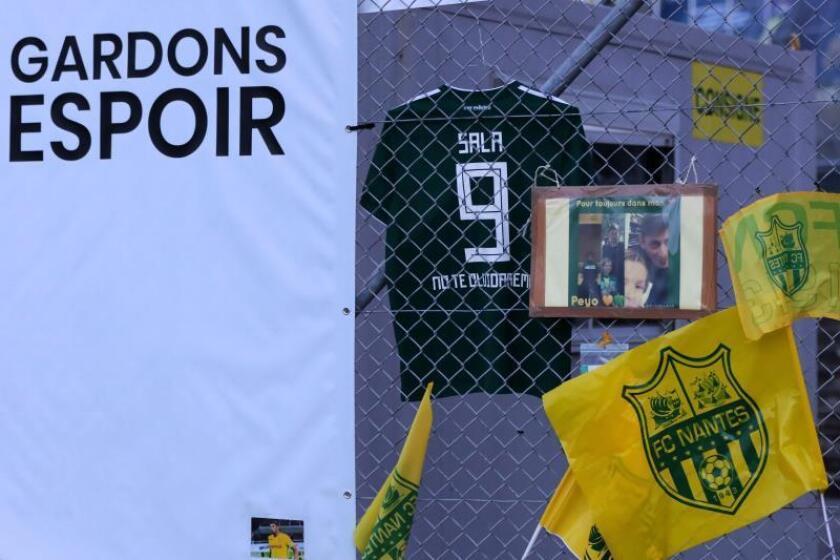 """Imagen de una camiseta con el """"9"""" de Emiliano Sala junto con otros recuerdos, en el campo del Nantes. EFE/Archivo"""