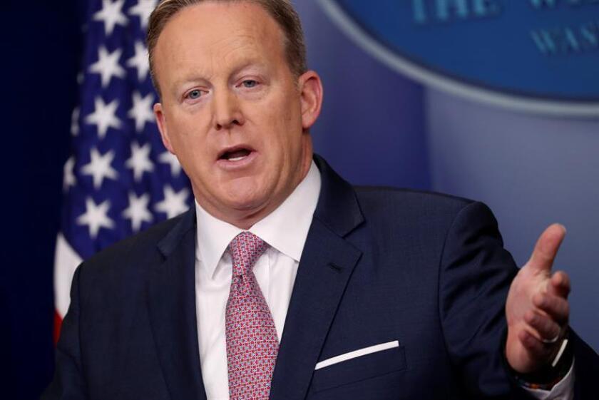 El nuevo portavoz de la Casa Blanca, Sean Spicer, habla hoy, 23 de enero de 2017, durante su primera rueda de prensa en el cargo, en Washington DC, donde aseguró que el Gobierno de Donald Trump está abierto a colaborar con Rusia en la lucha contra los yihadistas del Estado Islámico (EI). EFE