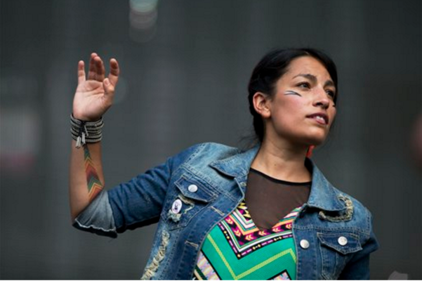 """La cantautora chilena lanzó el viernes 9 de septiembre del 2016 una versión del clásico de Víctor Jara """"Luchín"""", parte de un EP titulado """"Calaveritas"""" que saldrá a finales de año. (AP Foto/Rebecca Blackwell, Archivo)"""