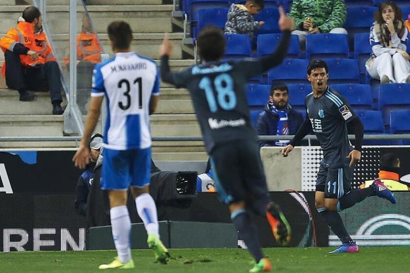 El delantero mexicano de la Real Sociedad Carlos Vela (d) celebras tras marcar ante el RCD Espanyol. EFE