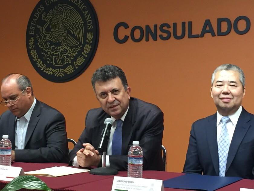 Cónsul Carlos García de Alba (c ), anuncia los vuelos de Los Ángeles a Durango; a su derecha se encuentra José Ángel Reynosa, secretario de turismo de Durango y Raymond Chan, representante del alcalde de Los Ángeles.