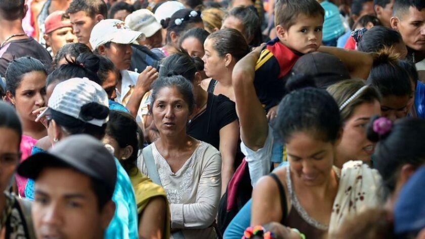 Los inmigrantes venezolanos se reúnen fuera del refugio La Divina Pastora en Villa del Rosario, Colombia, en la frontera con Venezuela, el 13 de febrero de 2019. (Luis Robayo / AFP / Getty Images)