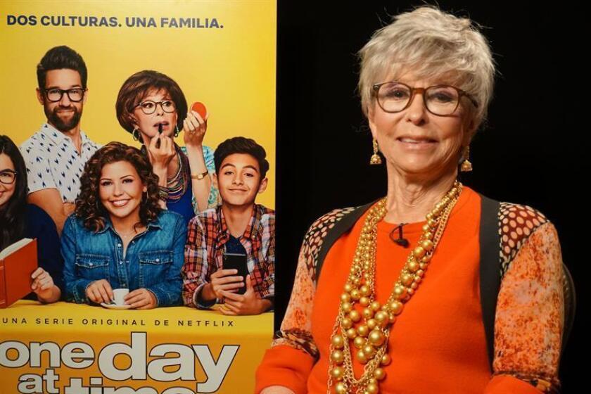 """La veterana actriz puertorriqueña Rita Moreno posa para Efe durante una entrevista, el viernes 2 de febrero de 2018, en Miami, Florida (EE.UU.). La ganadora de un Oscar en 1962, afirmó hoy que las actrices latinas """"todavía están estereotipadas"""" y se declaró """"orgullosa"""" de seguir trabajando en plena forma en la segunda temporada de la comedia """"One Day at a Time"""". EFE/Archivo"""