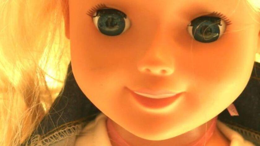 A primera vista, parece dulce e inofensiva. Pero, aunque sus ojos con largas pestañas y su sonrisa inmaculada le dan un aspecto de lo más inocente, a muchos les preocupa que Cayla sea mucho más que una muñeca.