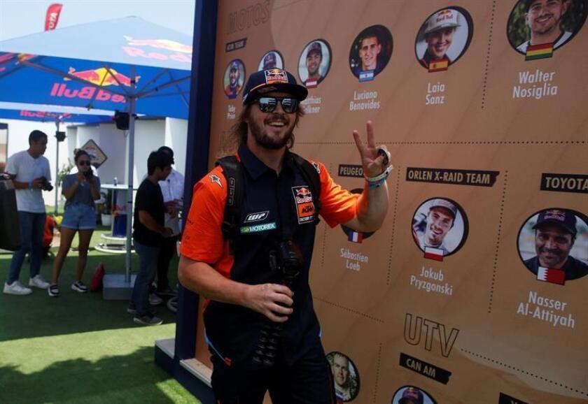 El piloto australiano Toby Price fue registrado este sábado, durante la rueda de prensa de presentación del equipo KTM que disputará el Rally Dakar 2019, en Lima (Perú). EFE