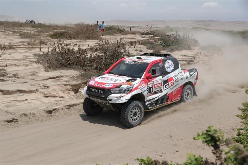 El catarí Nasser Al-Attiyah conduce su vehículo Toyota durante la tercera etapa del Rally Dakar 2019. EFE