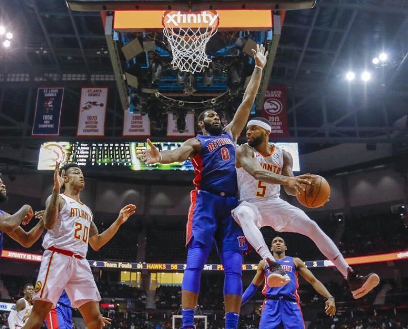 Andre Drummond (i) de Detroit Pistons en acción ante Malcolm Delaney (d) de Atlanta Hawks, durante un juego de la NBA entre Detroit Pistons y Atlanta Hawks, en Philips Arena en Atlanta (EE.UU.). EFE