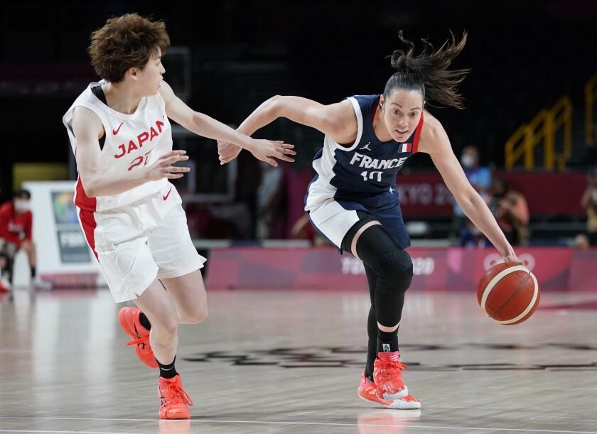 La francesa Sarah Michel ataca el canasto ante la japonesa Saki Hayashi e