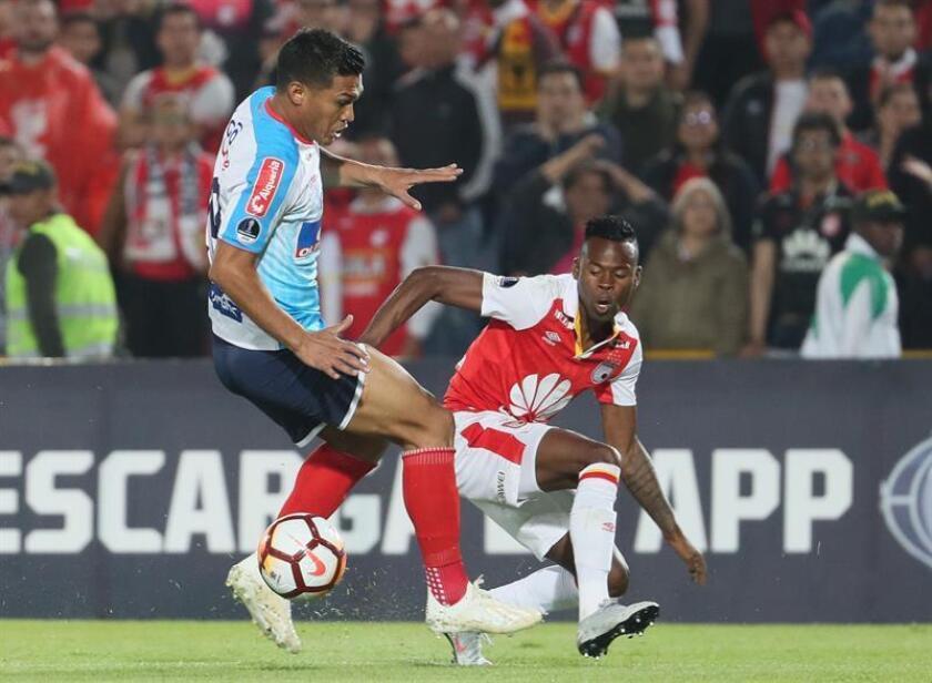 Carlos Arboleda (d) de Santa Fe disputa un balón con Teofilo Gutiérrez (i) de Junior en el partido de ida de las semifinales de la Copa Sudamericana. EFE/Archivo