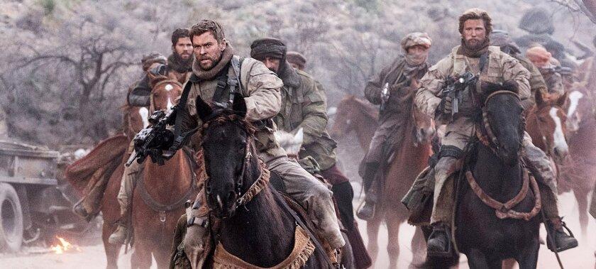 """Chris Hemsworth (izq.) en una escena de la cinta bélica """"12 Strong"""", que es sin duda el estreno más prometedor de la semana en términos de taquilla."""