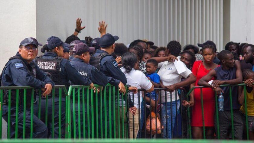 Las personas que llegaron de Guatemala buscando documentación legal en México se reúnen frente a las oficinas del Instituto Nacional de Migración mexicana en Tapachula, México, el 12 de junio de 2019. (Luis Villalobos/ EPA/Shutterstock)