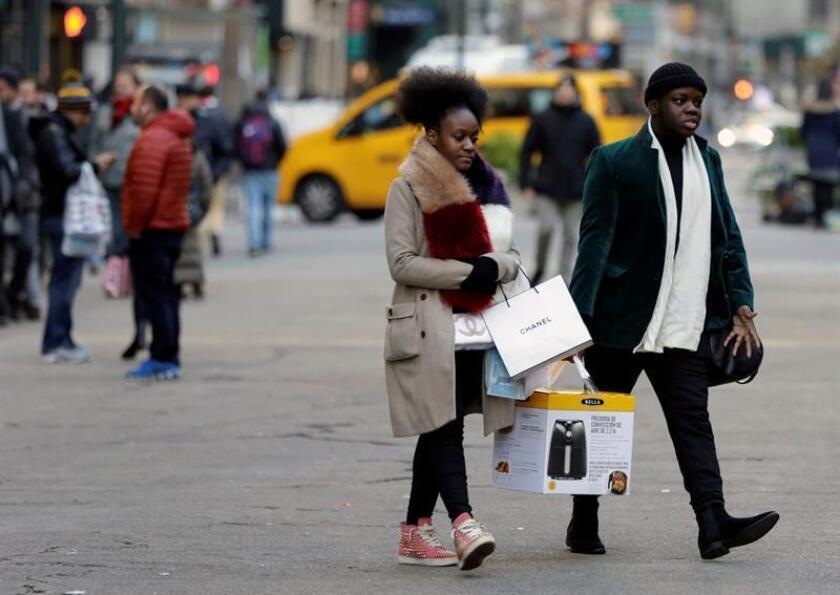 Los gastos de los consumidores en Estados Unidos crecieron un sólido 0,4 % en julio, mientras que los ingresos personales subieron un 0,3 %, informó hoy el Departamento de Comercio. EFE/Archivo
