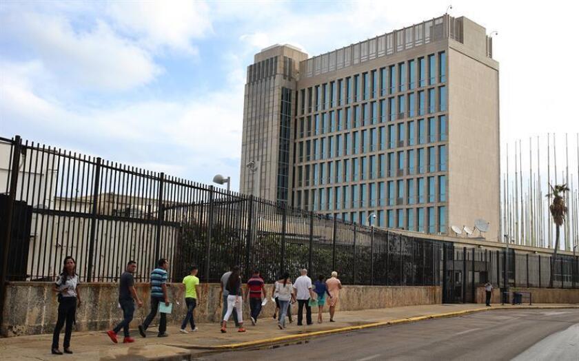 Fotografía de varias personas que acuden a la embajada de los Estados Unidos en La Habana (Cuba). EFE/Archivo