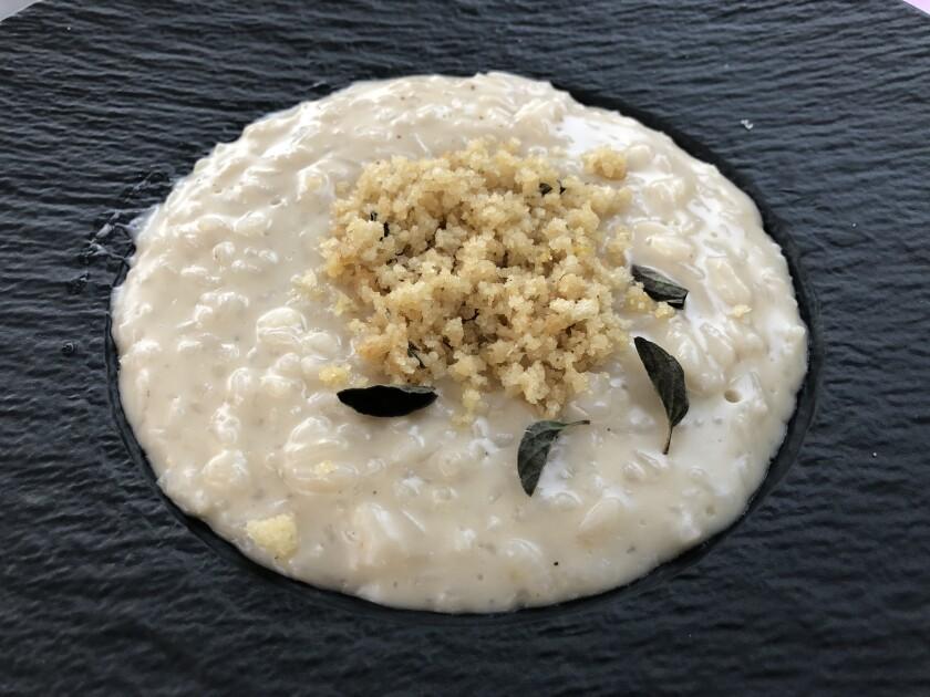 Mangia la Fugazetta da Semola, ispirata alla pizza ripiena di cipolle argentina nota come fugazza.
