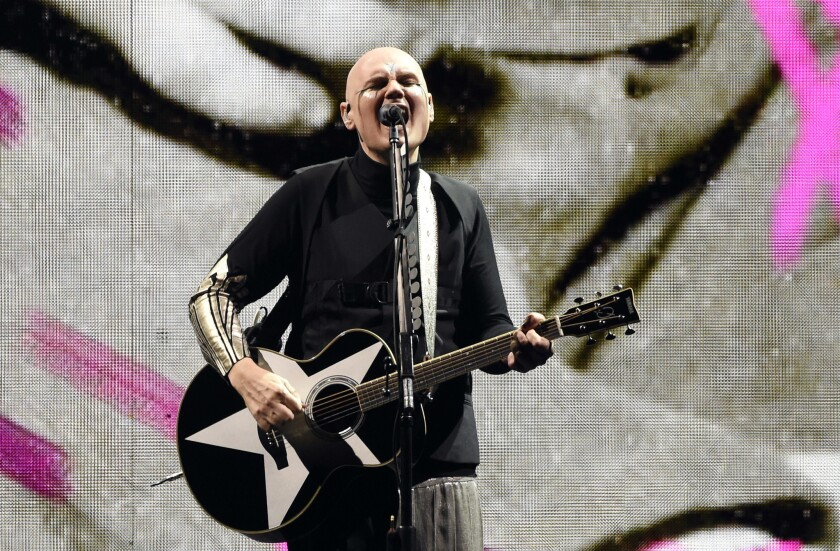 Billy Corgan, vocalista y guitarrista de Smashing Pumpkins, durante el show efectuado el jueves en el Forum.