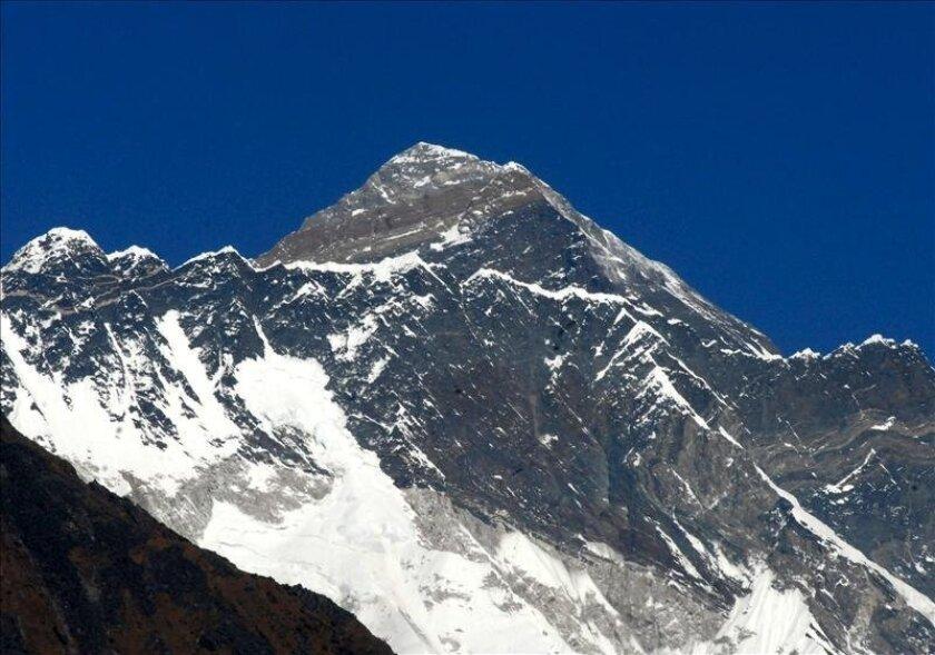 Vista del Everest, de 8.848 metros, desde Syangboche (Nepal), a 3.800 metros de altitud. EFE/Archivo