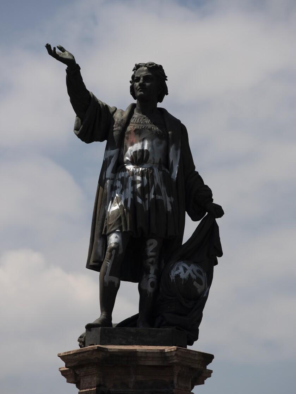 Una estatua de Cristóbal Colón vandalizada, en la avenida Paseo de la Reforma