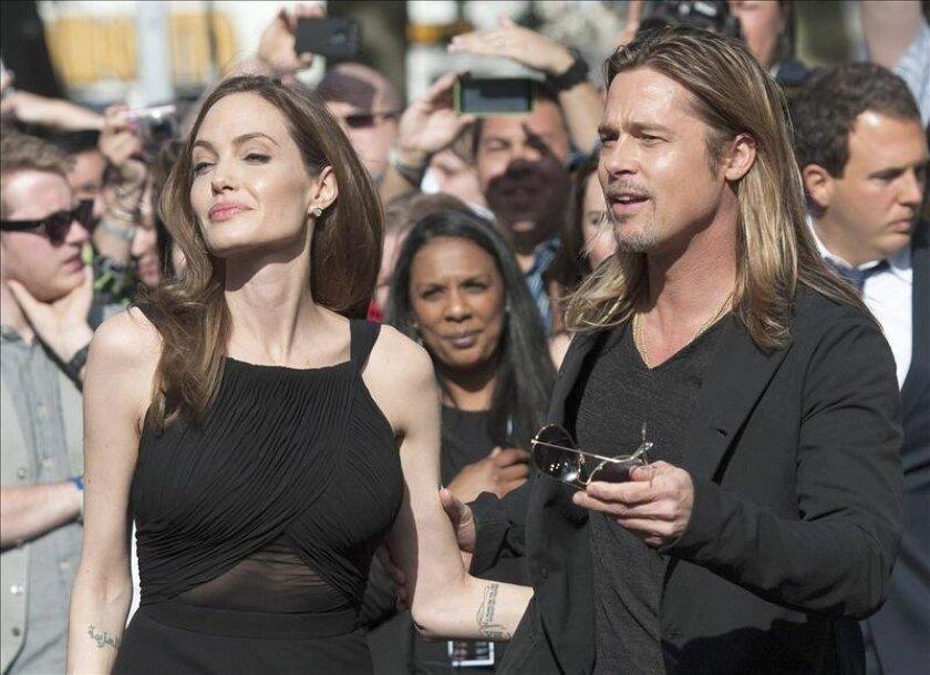 """La actriz estadounidense Angelina Jolie reapareció hoy en público tras dar a conocer hace dos semanas que se había sometido a una doble mastectomía, durante el estreno en Londres de la última película de su pareja Brad Pitt, """"World War Z"""". EFE"""
