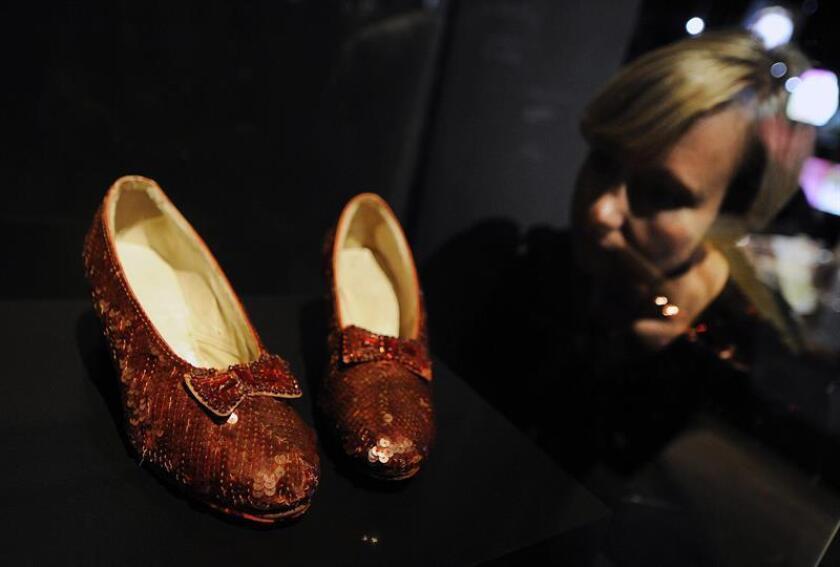 """Fotografía de archivo de los zapatos que usó la actriz Judy Garland en 1939 para la película """"El Mago de Oz"""". EFE/Archivo"""