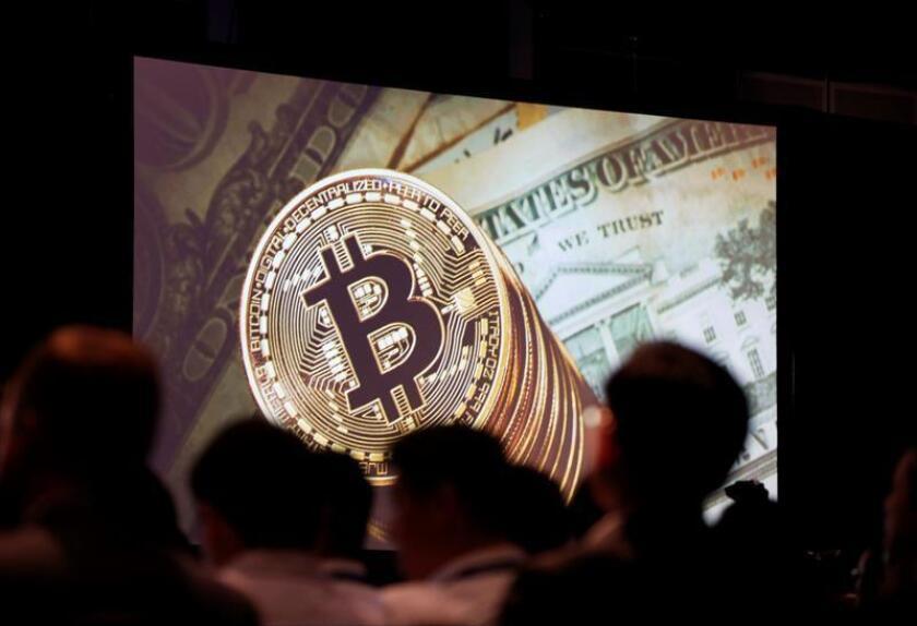 """Vista del logo de un """"bitcóin"""" en una pantalla. EFE/Archivo"""