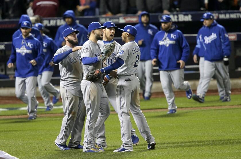 Jugadores de Kansas City celebran tras consumar la victoria sobre los Mets en Nueva York. Los Reales ganaron 5-3 y lideran la serie 3-1 .