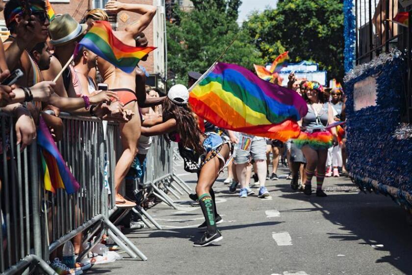 Una niña baila durante el 46? desfile anual de orgullo gay de Nueva York en Nueva York, Nueva York, EE. UU., el 26 de junio de 2016. EFE/Archivo