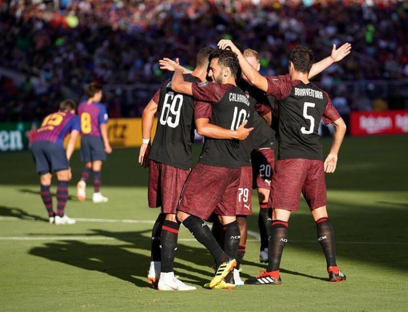 André Silva (c-i), delantero del A.C. Milan de Italia, fue registrado este sábado al ser felicitado por varios compañeros, tras anotar el gol de la victoria sobre el Barcelona español, durante un partido de la Copa Internacional de Campeones, en el Levi's Stadium de Santa Clara (California, EE.UU.). EFE