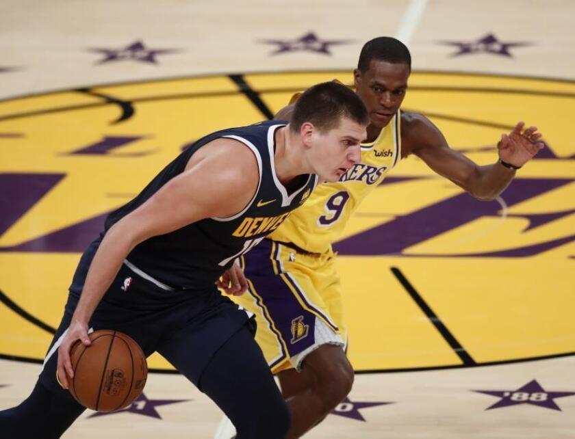 Nikola Jokic (i) de los Nuggets durante un partido de la NBA. EFE/Archivo