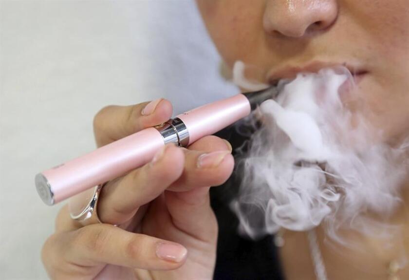 Más de dos millones de estudiantes de secundaria consumen cigarrillos electrónicos, lo que ha motivado que el Gobierno apoye cuatro proyectos de investigación para dilucidar sus efectos para la salud, informó hoy el Departamento de Salud y Servicios Humanos (HHS, en inglés). EFE/Archivo